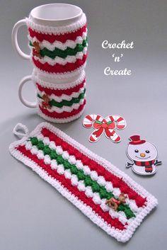 Crochet Christmas Cozy, Crochet Mug Cozy, Crochet Towel, Crochet Quilt, Christmas Crochet Patterns, Crochet Gifts, Free Crochet, Mug Cozy Pattern, Crochet Instructions