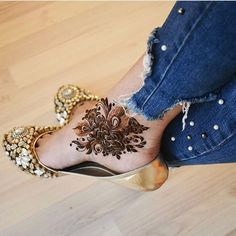 Already bought a pretty pair of payal to flaunt at your Mehndi? Take a pick from our favourite simple foot mehndi design ideas and slay the day in style, girl. Indian Henna Designs, Legs Mehndi Design, Henna Art Designs, Modern Mehndi Designs, Mehndi Design Photos, Mehndi Designs For Fingers, Beautiful Mehndi Design, Latest Mehndi Designs, Mehndi Designs For Hands