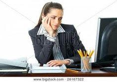 Quand tu es seule au bureau, tu peux avoir ouvertement l'attitude de celle qui s'ennuie