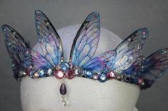 MADE TO ORDER - atemberaubende Vergissmeinnicht blau und Pink Fairy Wing Fairy Queen / Braut / Prom / Pagan Tiara / Krone / Kopfschmuck Fairy Crown, Fashion Accessories, Hair Accessories, Fairy Queen, Fantasy Costumes, Tiaras And Crowns, Headdress, Jewelery, Cosplay