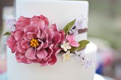 Romantic sugar flower bouquet for a 2 tier cake - Photography: Becky Young