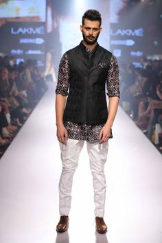 Raghavendra Rathore's collection was inspired by British Raj and flaunted stately cuts & hues at Lakme Fashion Week SS'15! #JabongLFW