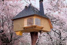美術書、建築書を多く出版するドイツ・Taschen社から世界各国50を超えるツリーハウスを網羅する『Tree Houses: Fairy Tale Castles in the Air』が発売されました。  誰もが憧れる木の上に建つ家。著名な建築家からデザイナー不明のツリーハウス、茶室、レストラン、ホテル、子供用のプレイハウス。寝る前にちょっと眺めればいい夢が見れますよ。  米誰もが夢見るツリーハウスのすべてがここに   roomie(ルーミー)