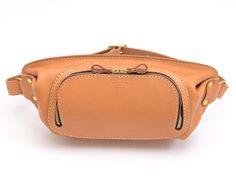 大きく開くラウンドファスナータイプの本革ボディバッグ。長財布や文庫本も入るので、ちょっとしたお出かけや旅先での移動バッグとしてもオススメです。内側にはパスポートが入る内ポケットも設けています。