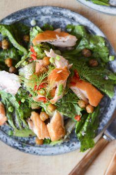 Salat med sprøde kikærter, oliven, dild og laks — Sesam, Sesam