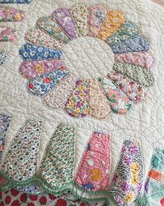 Beautiful 1930s quilt fabrics and fantastic Dresden scalloped border