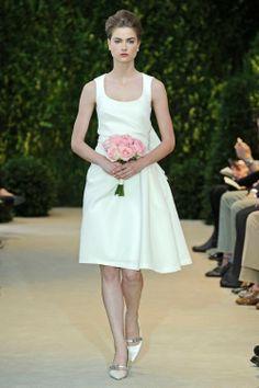 Vestido de novia corto con relieve de textil en el costado y escote en forma U - Foto Carolina Herrera