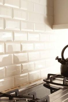 bevelled subway tile backsplash in a kitchen in a cream or off white colour by connie Beveled Subway Tile, White Subway Tile Backsplash, Subway Tile Kitchen, Beadboard Backsplash, Cream Kitchen Tiles, Backsplash Wallpaper, Wall Tiles, Cuisines Diy, Cuisines Design