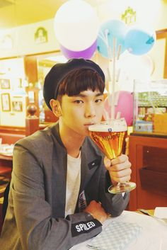 """Key Naver Update Paris Fashion Week """"Unpacked quickly... The first meal at Paris is mussel stew and a glass of beer. It was great!"""""""