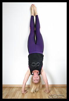 Kenn ihr die Freude, wenn das Herz mal über dem Kopf schwebt? Lust auch mal die Füße in die Luft zu strecken, die Welt verkehrt herum zu sehen und sie unter euren Händen zu spüren? Dann probiert es unbedingt mal mit einem Handstand! Ich hatte die Tage die wunderbare Möglichkeit einen Handstand Workshop im #YogaRaumBerlin zu besuchen: https://eiswuerfelimschuh.wordpress.com/2016/03/27/yogageschichten-die-welt-unter-deinen-haenden-yoga-fitness-handstand/ { via @eiswuerfelimsch }