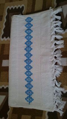 Mavi işlemeli havlu