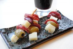 Tapas on a Stick Recipe Appetizers with manchego cheese, sausages, green olives, pitted black olives Tapas Party, Party Snacks, Appetizers For Party, Appetizer Recipes, Wine Recipes, Cooking Recipes, Catering Recipes, Olives, Appetisers