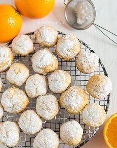 Polvorones de naranja to bardzo popularne w Meksyku ciasteczka pomarańczowe. Te dostępne w meksykańskich sklepach wyglądem przypominają znan...