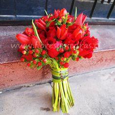 Hermoso ramo en tonos rojos con un toque más campestre Diseño Flores y Piedras www.floresypiedras.cl
