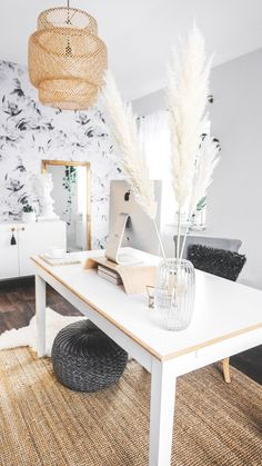 Workspace Inspiration Pampas grass floral arrangement on a white desk in bohemian office White Desk Office, Cool Office Space, White Desks, Top Office, Modern White Desk, Office Workspace, Cozy Home Office, Home Office Design, Home Office Decor