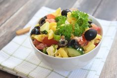 Greek pasta salad with olives and feta cheese (low FODMAP and gluten free) Salad Recipes For Dinner, Healthy Salad Recipes, Healthy Snacks, Vegan Recipes, Fodmap Diet, Low Fodmap, Greek Salad Pasta, Warm Food, Fodmap Recipes