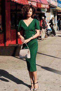 Conjunto vestido verde, tacones plateados y bolso beis #misconjuntos #conjuntosmoda #modafemenina #fashion #style #looks