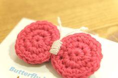 ちょうちょ(蝶々)のブローチ【春のブローチ】 Crochet Motif, Crochet Designs, Crochet Flowers, Raspberry, Butterfly, Anime, Hair Tinsel, Appliques, Amigurumi