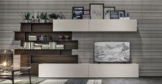 Composicion TV con mueble bajo de tv, mueble alto suspendido contenedor y modulo irregular de libreria con fondo en efecto madera.