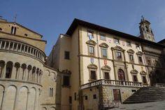 Altra prospettiva per #Piazza #Grande nel centro storico di #Arezzo. #Toscana #Tuscany #Italy (Photo by Tricia Tramel)