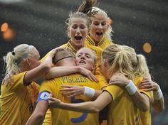 Time da Suécia de futebol feminino comemora um gol durante o torneio olímpico  Foto: Getty Images