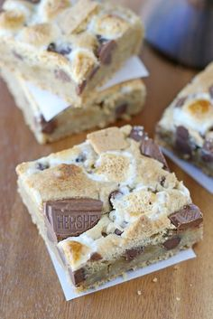 S'mores Bars - It's like a s'more and a chocolate chip cookie had a baby!S'mores Bars - It's like a s'more and a chocolate chip cookie had a baby! Summer Desserts, Just Desserts, Delicious Desserts, Yummy Food, Bbq Desserts, Camping Desserts, Plated Desserts, Baking Recipes, Cookie Recipes