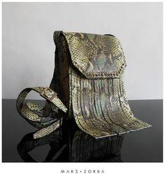 Mars+Zorba Antigona Jungle Snake Crossbody #fashion #snake #reptil #jungle #green #print #studs #bandolera #carteras #cuero #grabado #fashion #buenosaires #design