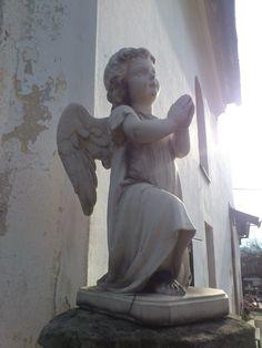 Anjel pred Mariánskym kostolom v Prievidzi.