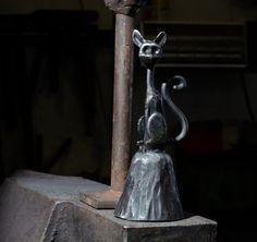 Azazelo?+Zvoneček+je+ručně+vykován.+Celková+výška+zvonu+je+cca19+cm+a+průměr+je+8+cm.+Zvon+je+černěný+sazemi+s+leštěnými+hrana…