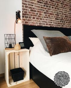 How to Use Wooden Crates to Make a Decorative & Modular Storage in the Entrance Living Room Bedroom, Home Bedroom, Bedroom Wall, Bedroom Decor, Decorating Small Spaces, Decorating Your Home, Side Tables Bedroom, Home Staging, New Room
