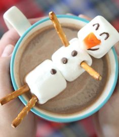 Snowman Desserts and Easy Snowman Treats. If winter days make you long to build a snowman, then snowman desserts and easy snowman treats are the warmest and yummiest holiday ideas! Christmas Desserts Easy, Simple Christmas, Holiday Treats, Holiday Recipes, Christmas Snowman, Winter Christmas, Christmas Snacks, Winter Snow, Christmas Decor