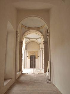 L'atrio dello scalone e ingresso dalla serliana
