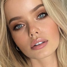 natural glam makeup looks for blondes with blue eyes, natural and soft smudges brown eyeliner ideas Blonde Hair Natural Makeup, Natural Makeup For Brown Eyes, Natural Glam Makeup, Brown Skin Makeup, Brunette Makeup, Glam Makeup Look, Makeup For Green Eyes, Blue Eye Makeup, Eyeshadow Makeup