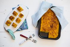Bolo salgado de milho é super versátil: acompanhado de salada ele é prato principal, cortado em cubinhos é aperitivo do happy hour e servido frio é uma ótima opção de marmita.
