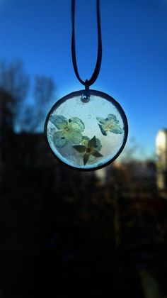 Pressed flower resin jewel handmande by artmachi. Real forget me not flowers found in tuscany's countryside in spring 2016. Wear different, wear spring!