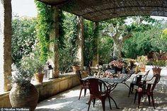 Une terrasse de charme à Saint-Rémy, chez Pierre Bergé  A Saint-Rémy de Provence, cette terrasse est à la hauteur du charme de la demeure. Pierre Bergé a fait de cette maison son havre de paix. Terrasses et jardins sont pleins de poésie...