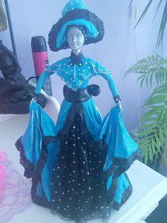 Oude Barbie gekleed met textiel verharder wordt een beeld.