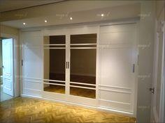 Frennte de armario lacado en blanco, de puertas correderas.