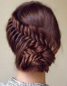 idée coiffure bal avec un chignon tressé en épi de blé