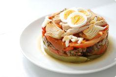 La escalivada es un horneado de verduras de temporada muy típico en Aragón, Cataluña y Valencia. Se sirven a temperatura ambiente y se como como plato único o como guarnición.