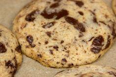 Verpackt ist diese geniale Schokomischung in einem Keks, der so weich ist, das du ihn frisch gebacken kaum hochhalten kann.