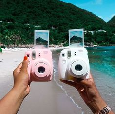 My daughter would love this polaroid camera for Christmas. Instant enjoyment of your artwork! Polaroid Foto, Polaroid Instant Camera, Polaroid Instax, Instax 8, Instax Mini 9, Instax Mini Camera, Fujifilm Instax Mini, Instax Mini Ideas, Dslr Nikon