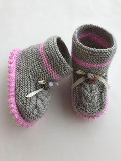 Bebek bot patik yapılışı – Women Shoes bags and Accessory Knit Baby Dress, Crochet Baby Shoes, Crochet Slippers, Gestrickte Booties, Knitted Booties, Knitted Hats, Knitting For Kids, Baby Knitting Patterns, Crochet Shoes Pattern