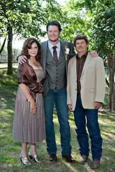 Blake Tollison Shelton With His Mother And Father Blake Shelton Miranda Lambert, Blake Shelton Gwen Stefani, Blake Shelton And Gwen, Gwen And Blake, Gwen Stefani And Blake, Male Country Artists, Best Country Singers, Country Music Stars, Blake Sheldon