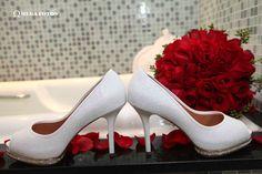 Sapato de noiva com um especial junto com o buquet da noiva
