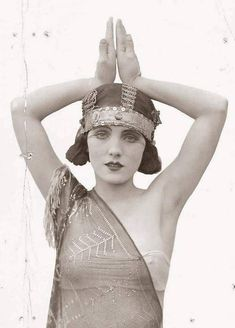 The Flapper Girl The Roaring Twenties, before people became prudes for a few decades. Vintage Glamour, Retro Vintage, Vintage Girls, Vintage Beauty, Vintage Photos Women, Vintage Hats, Vintage Style, Fashion 60s, Vintage Fashion