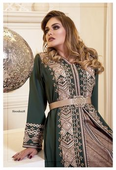Alhasnae couture Kaftan Moroccan, Morrocan Dress, Indian Gowns Dresses, Pakistani Dresses, Velvet Dress Designs, Pakistani Bridal Wear, Caftan Dress, Oriental Fashion, Traditional Dresses
