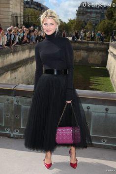 97f20a865e6cf5 PHOTOS - Mélanie Laurent revisite le jupon de danseuse pour un look total  noir. Le sac et les escarpins apportent une jolie touche de couleur !