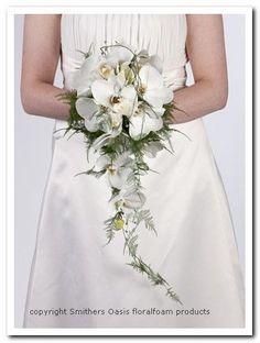Bloemschikmaterialen  Lief bruidsboeket met orchideeen op Bridy, bruidsboekethouder Oasis Lady Plus  Om debloemen tegen uitdrogen te besche...