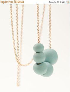 VENTE porcelaine Long collier de perles en Turquoise par MaaPstudio